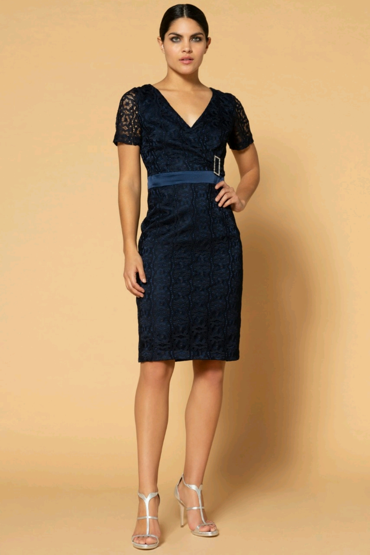 73688de6807f 04.131 Κλασικό φόρεμα κοντό με δαντέλα και μανίκια.