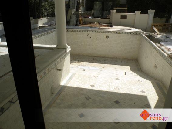 Carreaux de marbre et bordures spéciales en Macauba et  Onyx ocré dans une piscine